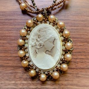 Jewelry - Cameo pendant necklace